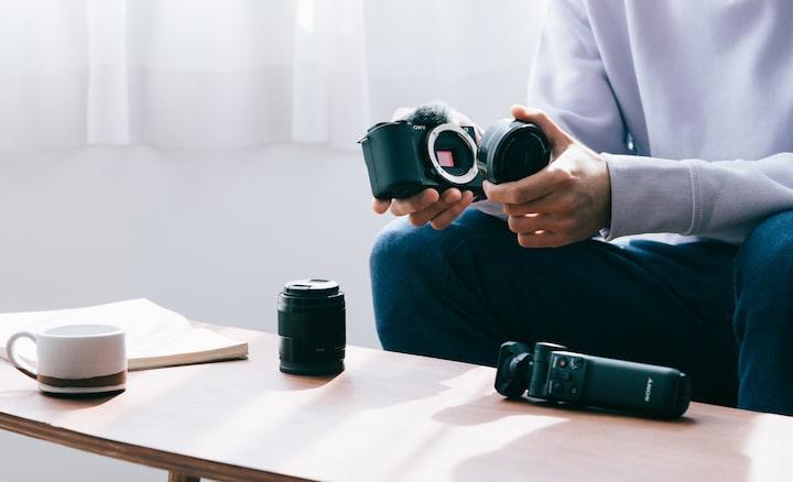 Imagen de una persona mientras cambia de lente